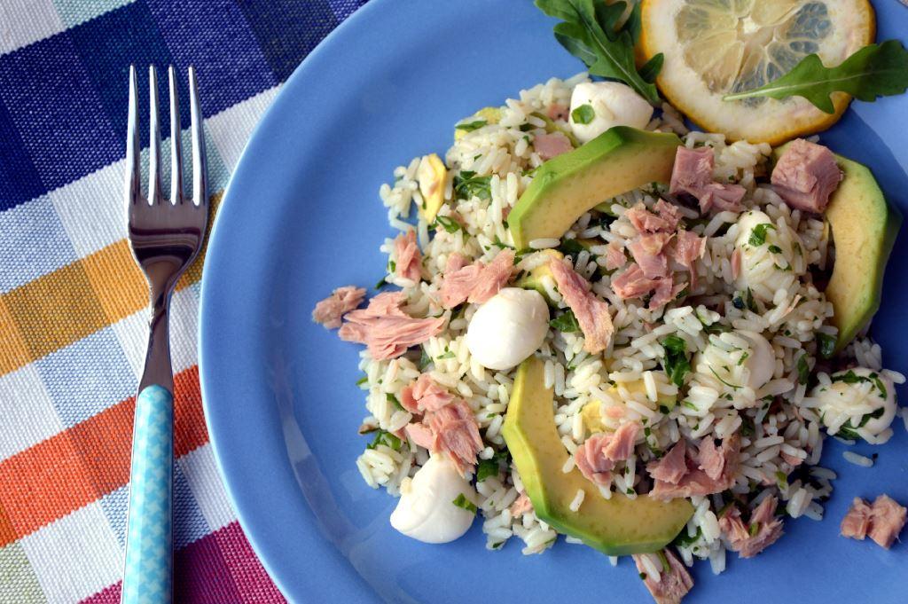 Sałatka ryżowa z tuńczykiem i awokado
