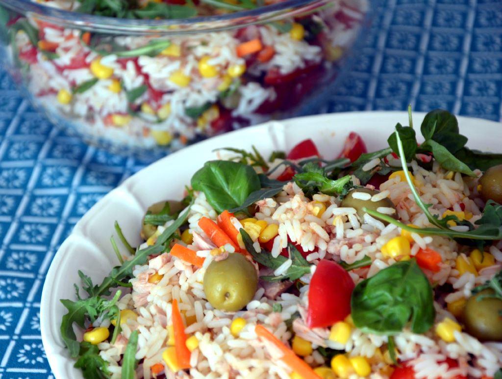 Sałatka ryżowa z tuńczykiem i kukurydzą