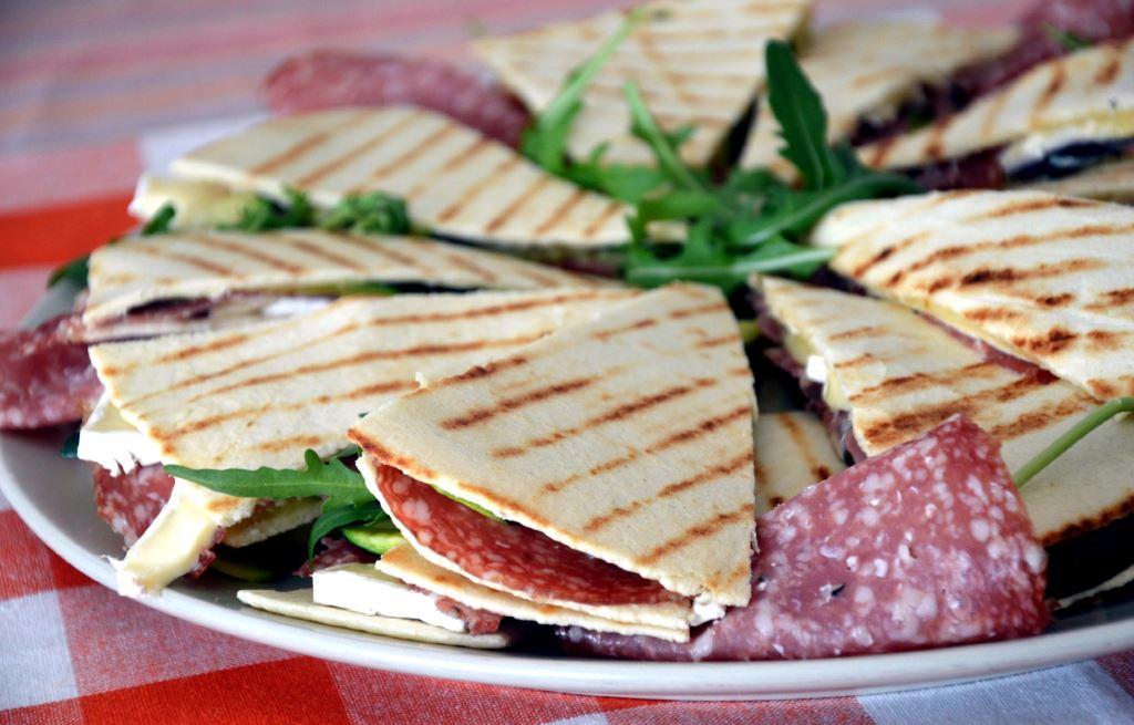 Piadina z salami i serem brie