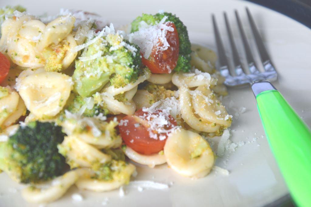Makaron orecchiette z brokułem i pomidorkami