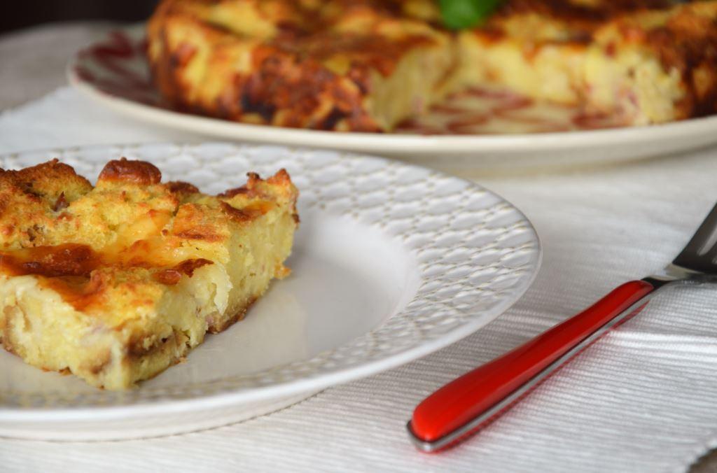 Pizza z chleba z szynką i serem