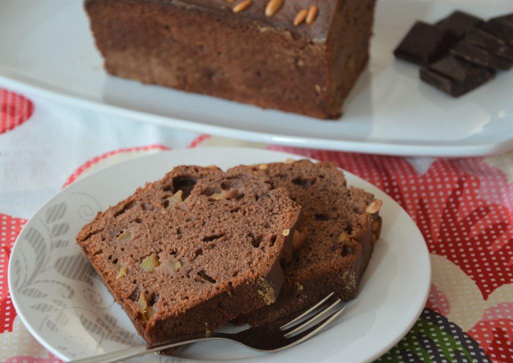 Ciasto czekoladowe z jabłkami i orzeszkami piniowymi