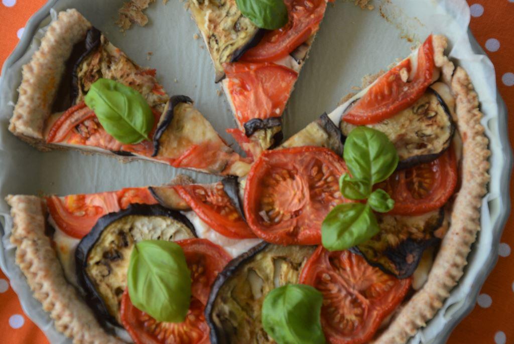 Tarta owsiana z bakłażanami i pomidorami