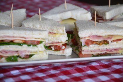Podwójny sandwich z szynką i rukolą